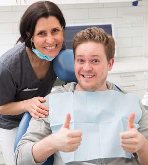 Pasienten med tannlegeskrekk, kjempe fornøyd etter behandlingen.